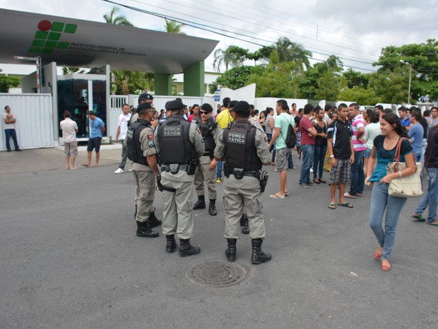 Polícia Militar foi chamada ao IFPB onde candidatos a vaga de estágio faziam protesto por terem confundido início da prova com o horário de verão (Foto: Walter Paparazzo/G1)