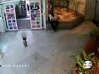 Imagens mostram casal abandonando filho no Shopping Rio Sul