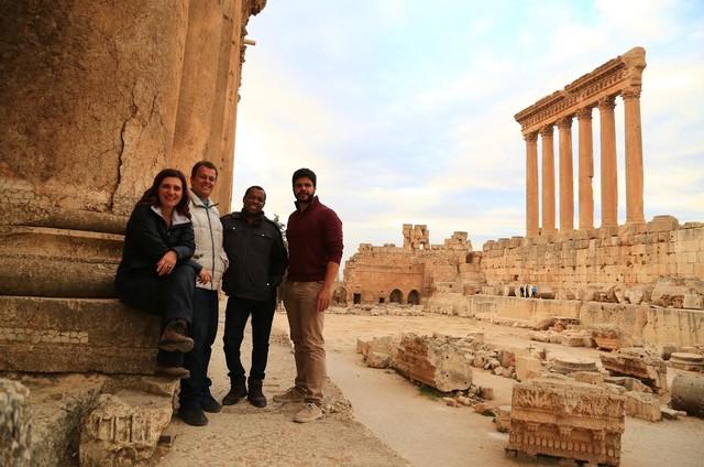A repórter Bette Lucchese, o produtor Mahomed Saigg, o diretor Paulo Sampaio e o repórter cinematográfico Eduardo Torres no Líbano (Foto: Divulgação)