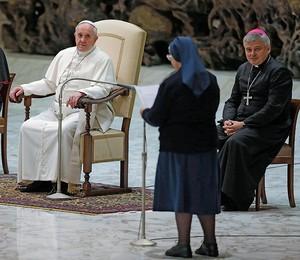 AUSTERIDADE Francisco, com voluntários da despensa do Vaticano. Ele escolheu um trono e vestes mais simples  (Foto: L'Osservatore Romano/AP )