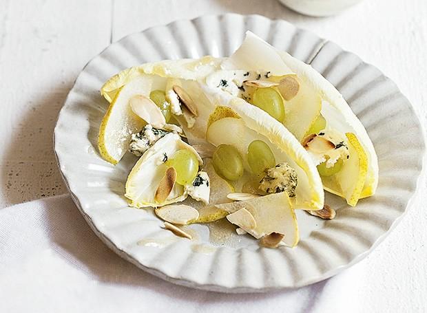 Salada de endívias, peras, uvas e gorgonzola (Foto: Elisa Correa/Editora Globo)