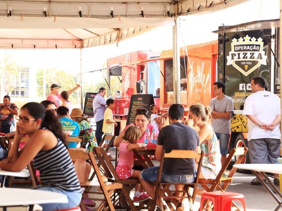Público come em evento que reúne food trucks de vários tipos no DF (Foto: Associação Brasiliense de Foodtrucks/Divulgação)