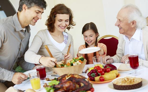 Como adaptar as ceias de Natal e Ano Novo para as crianas famlia reunida  mesa (Foto: Getty Images)
