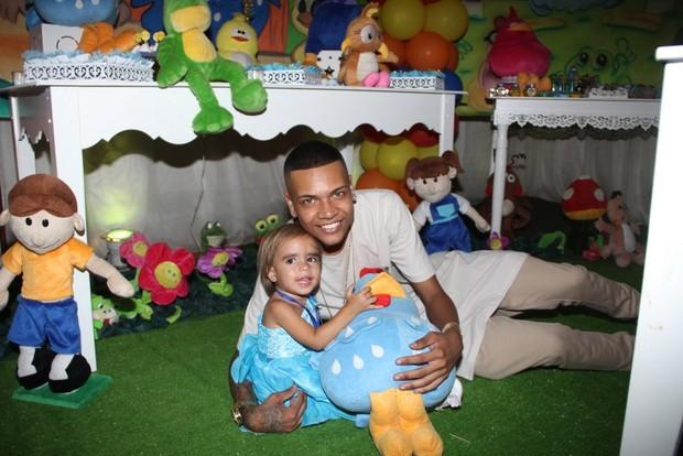 MC Duduzinho posa com a filha Lara (Foto: Divulgação)