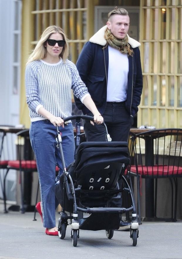 Sienna Miller passeia com seu filho e seu marido (Foto: Grosby Group)