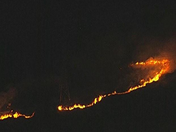 Fogo atinge terreno entre Barueri e Santana de Parnaíba (Foto: Reprodução/TV Globo)
