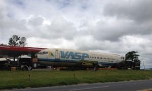 Carcaça de avião está parada em posto de combustíveis na BR-376