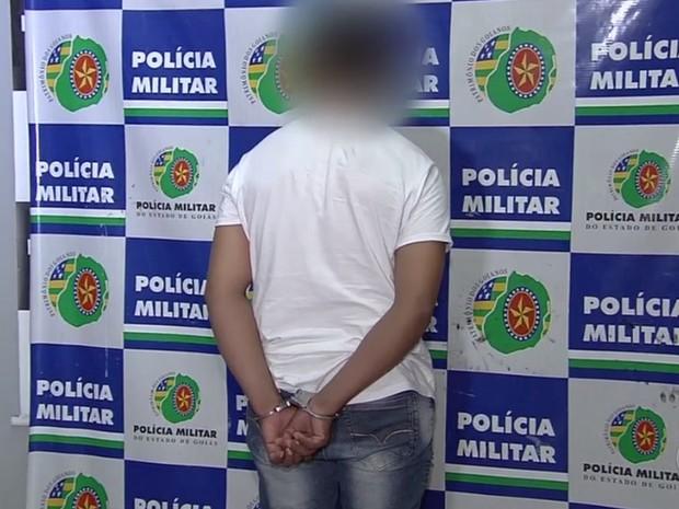 Auxiliar de motorista de 28 anos é preso suspeito de torturar o irmão em Goiânia, Goiás (Foto: Reprodução/ TV Anhanguera)