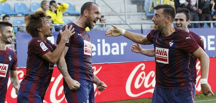 Iván Ramis comemora gol do Eibar (Foto: EFE/Javier Etxezarreta)