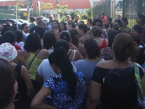 Merendeiras protestaram por causa da falta de pagamentos em Guarujá (Foto: Paulo Passos / Divulgação)