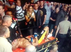 joana prado feiticeira tira fotos de anderson silva UFC (Foto: Reprodução / Twitter)
