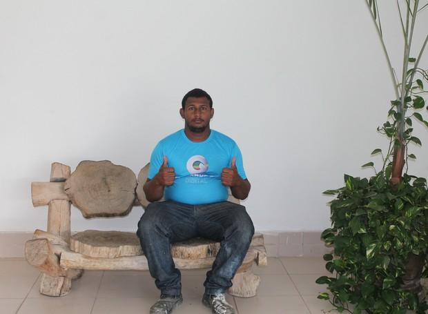 Fábio Santos trabalha na TV Grande Rio há cerca de três anos (Foto: Gabriela Canário)
