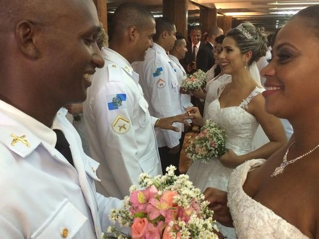 Coordenadoria das UPPs promoveu o casamento de 42 casais  (Foto: Daniel Silveira / G1)