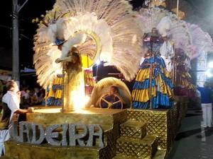 Abre Alas da escola de samba Unidos da Ladeira na Avenida do Samba (Foto: Roberta Oliveira/G1)