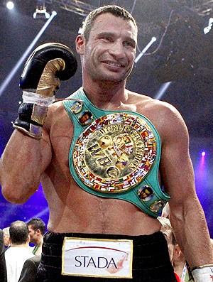 Vitali Klitschko comemora vitória no boxe (Foto: EFE)