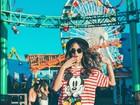 Thaila Ayala faz charme em foto e exibe pernas usando apenas camiseta