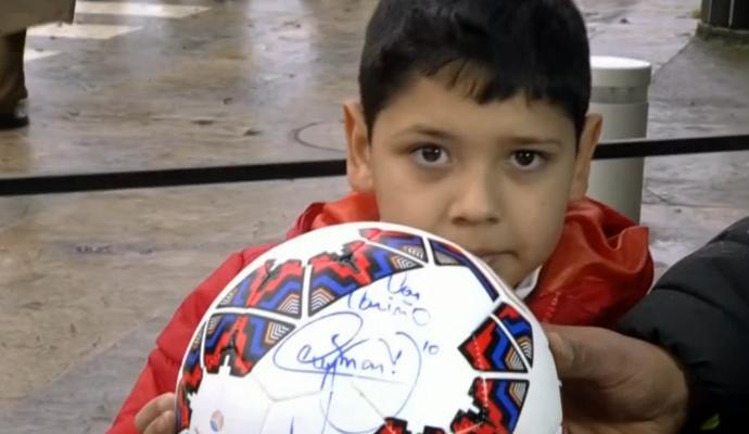 Garotinho ganha bola da Seleção; Neymar; Chile (Foto: Reprodução/SporTV)