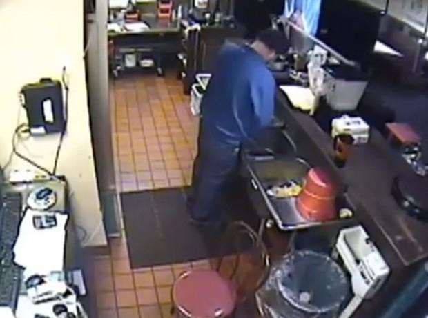 Gerente de pizzaria nos EUA foi flagrados pelas câmeras urinando na pia da cozinha  (Foto: Reprodução/YouTube/N and Media)