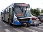 Ônibus atinge motocicleta e carro que estavam parados no sinal vermelho
