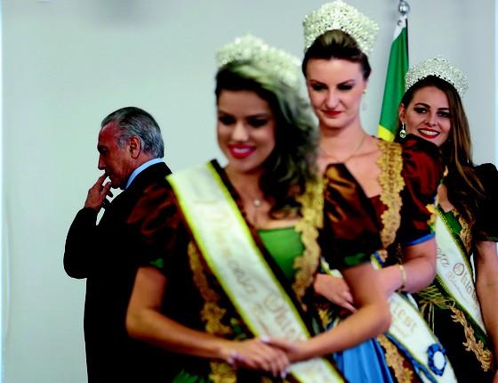 ANACRONISMO Temer recebe no Palácio do Planalto rainhas e princesas da Oktoberfest. O presidente não tem antena para as questões de uma sociedade moderna  (Foto: Foto de: Aílton de Freitas/Agência O Globo)
