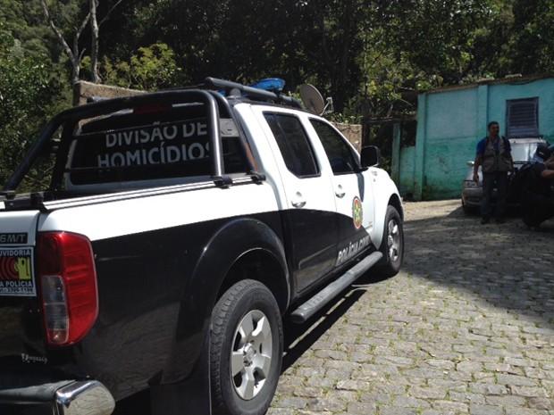 Policiais da DH fazem buscas na manhã desta sexta (11) na Rocinha (Foto: Mariucha Machado / G1)