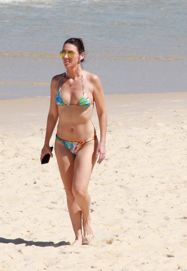 Glenda Kozlowski caminha na Praia de Ipanema (Foto: AgNews)