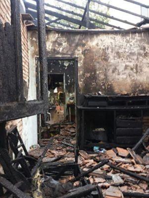 Casa ficou destruída  (Foto: Divulgação / Acontece Botucatu)