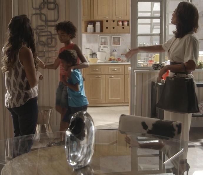 Gabriel é recebido de forma carinhosa pelos filhos de Dorinha (Foto: TV Globo)