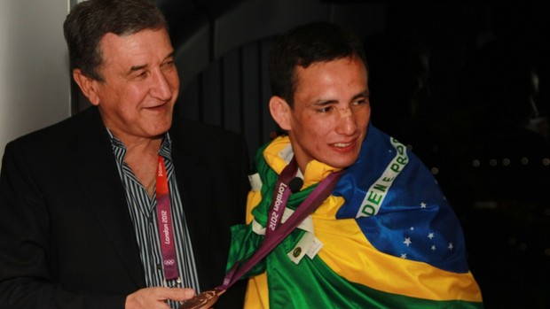 Carlos Alberto Parreira vibra com medalha de bronze de Felipe Kitadai (Foto: Thiago Lavinas)