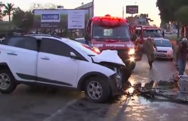 Motorista ficou preso às ferragens e não resistiu, segundo os bombeiros, em Goiás (Foto: Reprodução/TV Anhanguera)