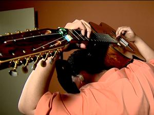 João Paulo aprendeu a tocar aos 6 anos e hoje domina o violão (Foto: Felipe Lazzarotto/ EPTV)