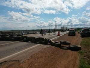 Caminhoneiros bloqueiam 10 trechos de três rodovias federais em Mato Grosso (Foto: Assessoria/ PRF-MT)