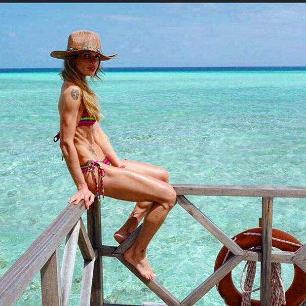 Carol Magalhães em praia nas Maldivas (Foto: Instagram/ Reprodução)
