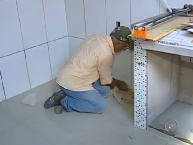 Há 15 vagas para curso de assentador de pisos e azulejos (Foto: Reprodução / TV TEM)