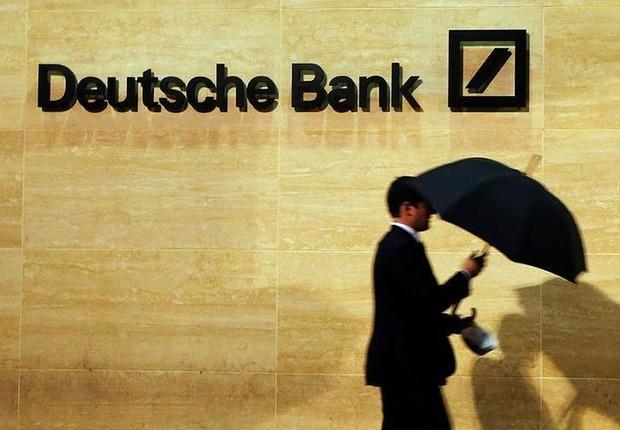 Homem caminha diante de agência do Deutsche Bank em Londres (Foto: Luke MacGregor/Reuters)