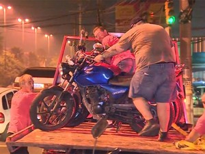 Motocicletas e carros foram recolhidos durante a ação (Foto: RBS TV/ Reprodução)
