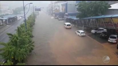 Chuva causa alagamentos em ruas de Salvador