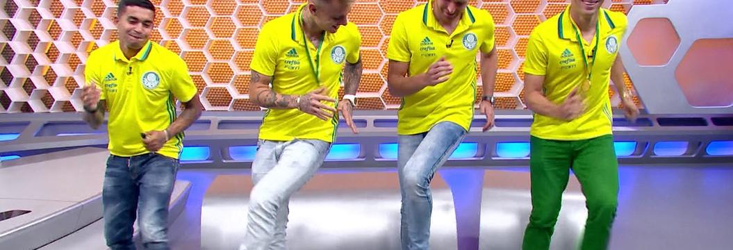 Campeões brasileiros fazem dancinha do colombiano Mina no estúdio do Globo Esporte