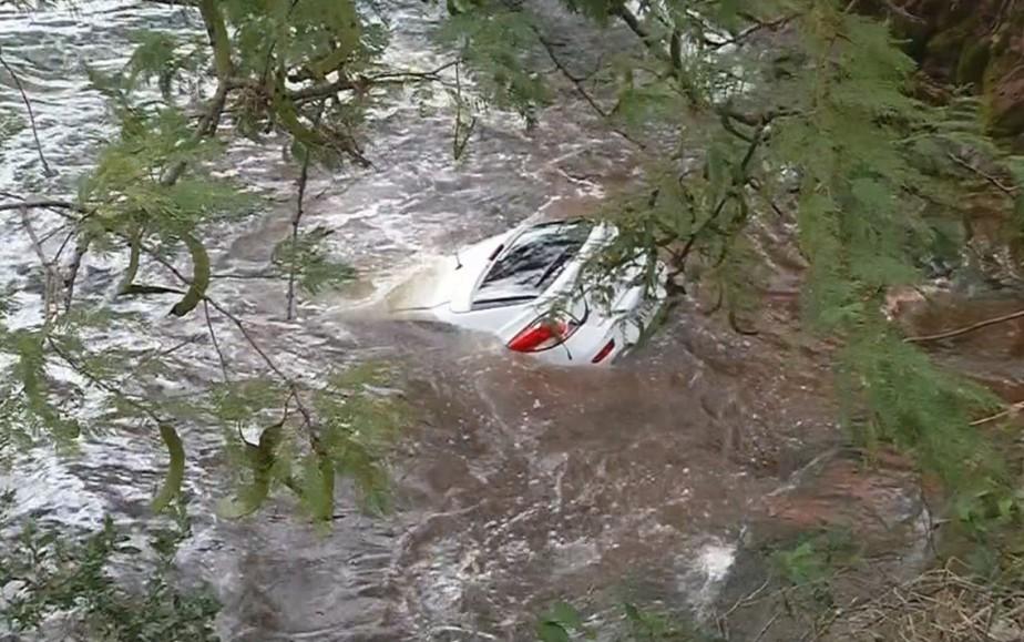 Bombeiros encontram carro usado em fuga de ladrões jogado em rio