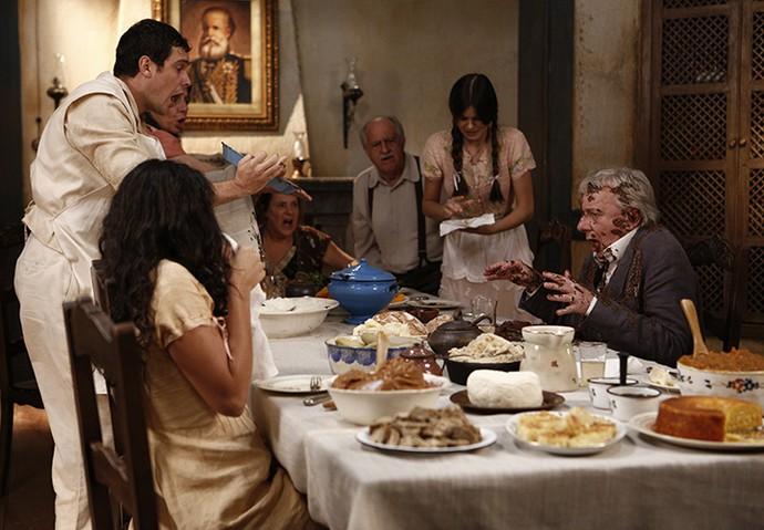 Arre! Candinho derruba toda a comida no professor Pancrácio! (Foto: Inácio Moraes/Gshow)