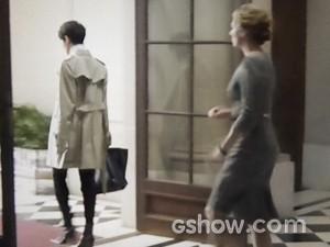 Duda sai com uma pasta preta em mãos (Foto: O Rebu / TV Globo)