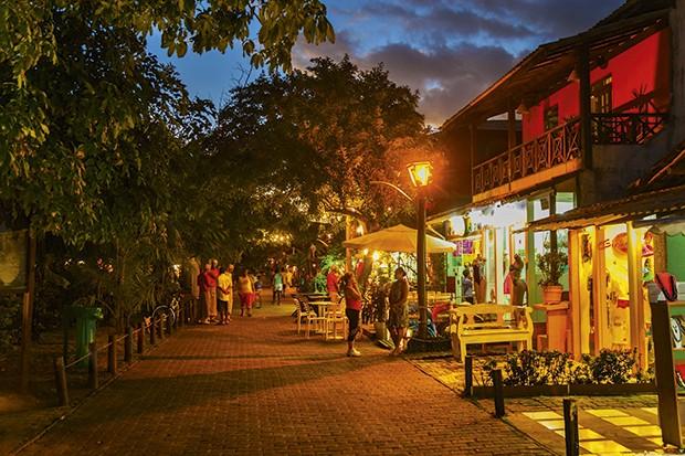 Vista noturna da vila com diversas opções de restaurantes. (Foto: Gonzalo Azumendi/Getty images)