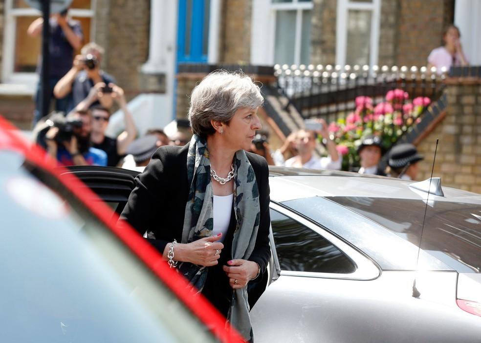 Premiê britânica, Theresa May, visitou local onde van atropelou grupo de muçulmanos, em Londres, na madrugada desta segunda-feira (19)  (Foto: Alastair Grant/ AP)