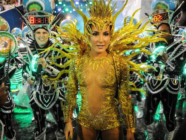Claudia Leitte posa com componentes da bateria antes do desfile da Mocidade (Foto: Alexandre Durão/G1)