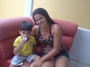 Iana evita que Isaac, de 3 anos, tenha acesso a remédios e produtos de limpeza (Foto: Cassio Albuquerque/G1)