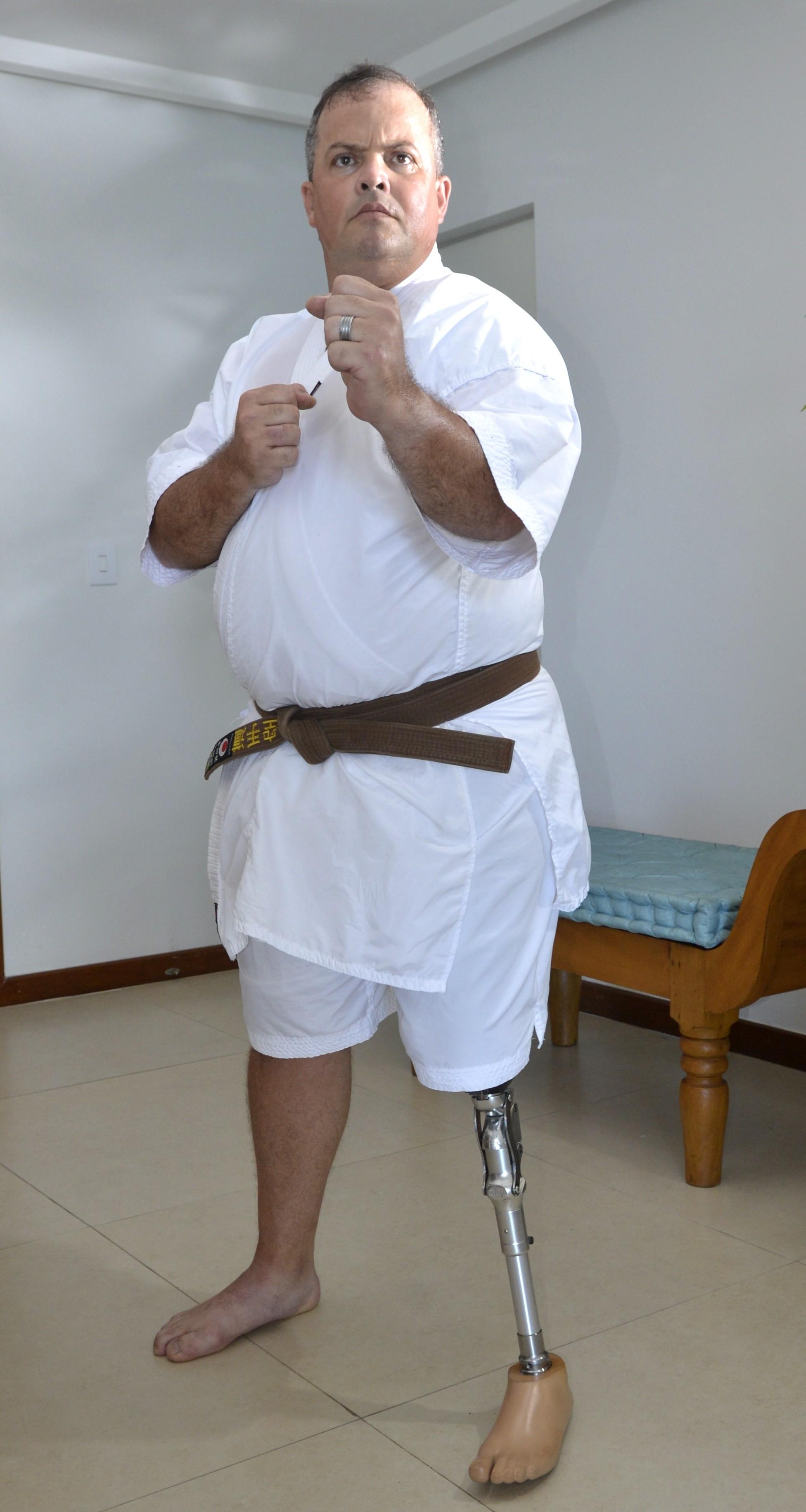 Sargente pede prótese para lutar karatê (Foto: Carlos Alberto Silva/ A Gazeta)