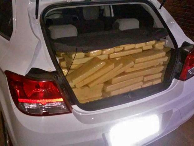 Maior parte da droga estava no porta-malas do carro (Foto: Polícia Militar/Cedida)