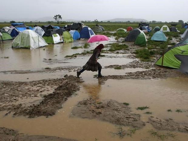 Com as chuvas de inverno, o campo de Idomeni se transformou em um lamaçal  (Foto: Kostas Tsironis/Reuters)