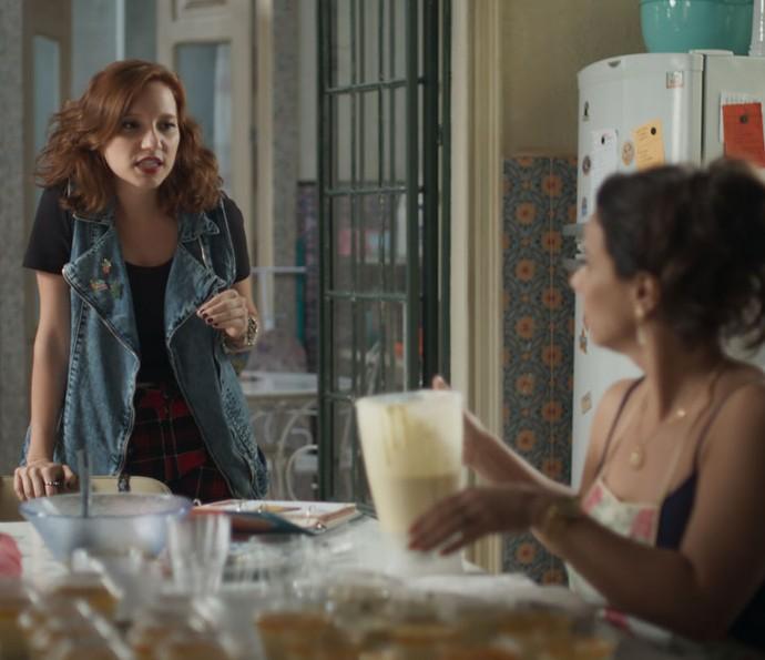 Vanessa chega em casa contando do barraco que rolou na gravadora (Foto: TV Globo)