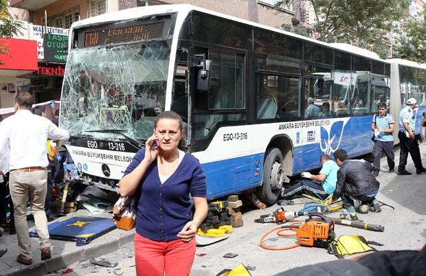 Mulher passa por ônibus destruído após acidente em Ancara, na Turquia (Foto: Adem Altan/AFP)